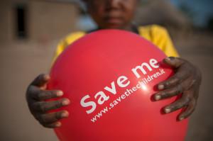 Immagini di bambini con il palloncino rosso, simbolo della campagna Every One.